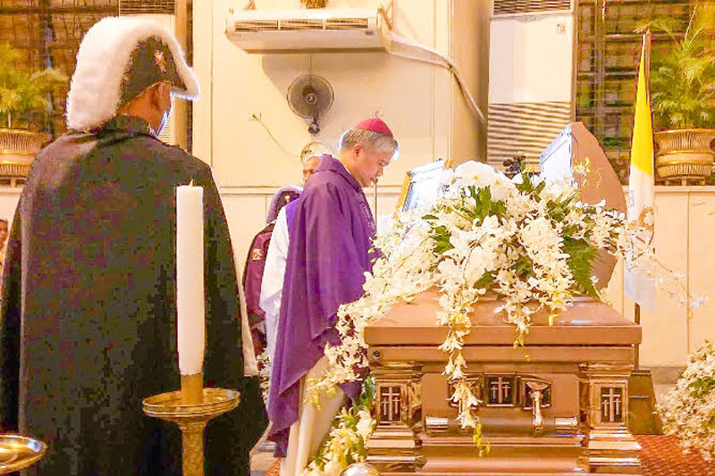 Catholic Bishops' Conference of the Philippines President and Lingayen-Dagupan Archbishop Socrates Villegas pays respect to the late Cebu Archbishop Emeritus Ricardo Cardinal Vidal. Rowena D. Capistrano