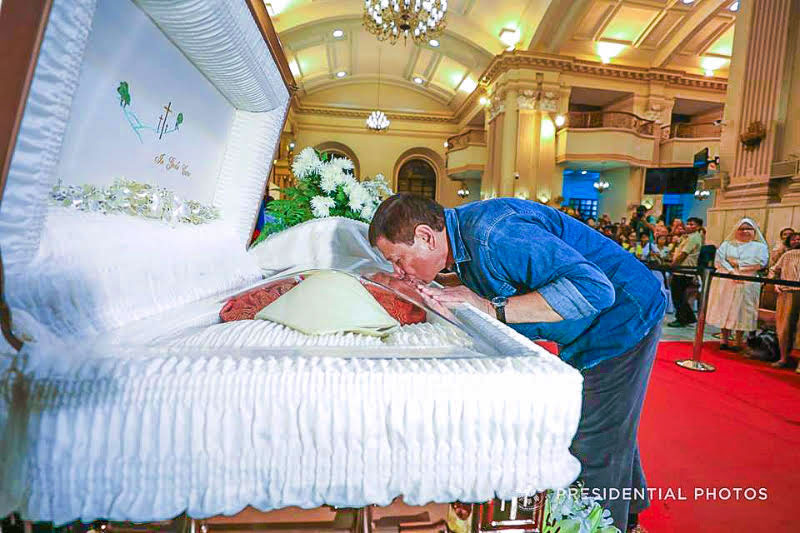 President Rodrigo Duterte kisses the casket containing the remains of the late Ricardo Cardinal Vidal at the Cebu Metropolitan Cathedral during his visit past midnight Sunday. Photo from Malacañang