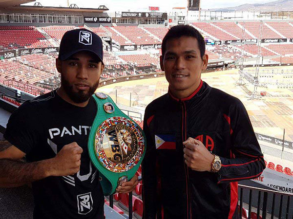 Filipino boxer Arthur Villanueva of the ALA Boxing Gym (R) and WBC bantamweight champion Luis Nery pose during the final press conference of their November 4 fight (Sunday morning Phl time) at the Gasmart Stadium in Tijuana, Mexico. PHOTO/www.boxingscene.com