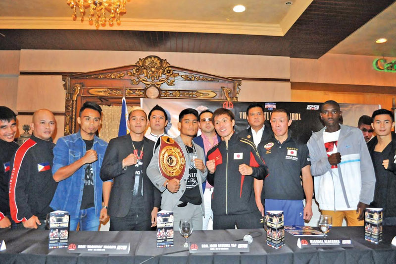 """The main protagonists of the """"Pinoy Pride 43:Battle in Bohol"""" pose with ALA Promotions President and CEO Michael Aldeguer during the event's final press conference yesterday at the Bohol Tropics Resort in Tagbilaran City. Paul Jun E. Rosaroso"""