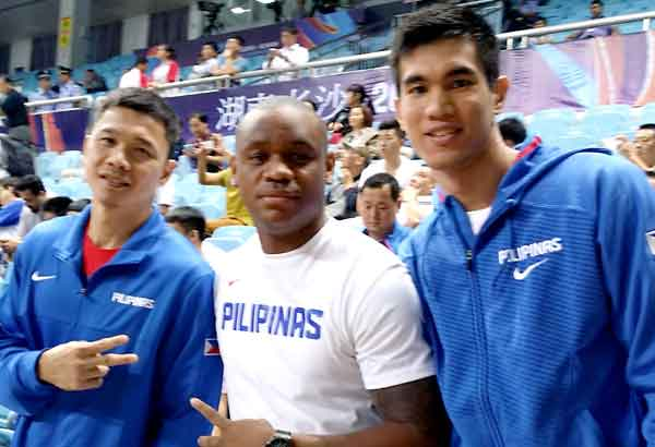 Bryan Extra is flanked by Gilas reserves Gary David and Troy Rosario.