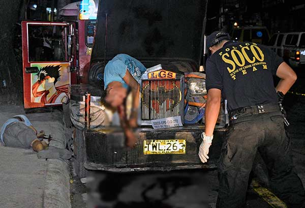 Sinusuri ng Scene of the Crime Operation (SOCO) team ang bangkay ng jeepney operator na si Candido Siarot at kanyang driver na si Roberto Cadacio matapos silang malapitan na pagbabarilin ng riding-in-tandem habang nagkukumpuni ng pampasaherong jeepney sa may Panorama St., Concepcion 2, Marikina City kahapon. Kuha ni Joven Cagande