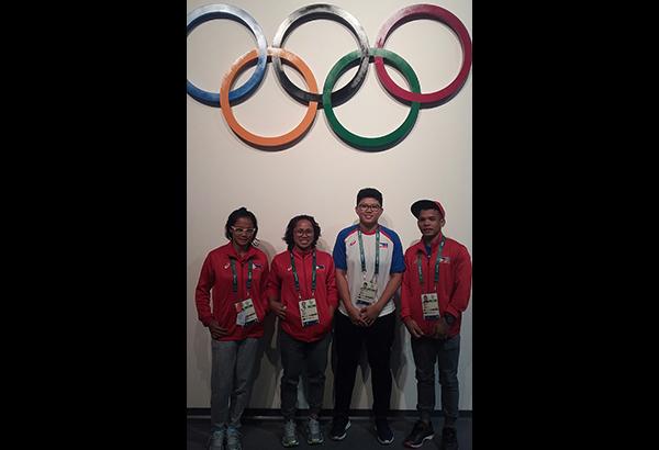 Nagpakuha ng litrato sa tapat ng Olympic Games logo sina (mula sa kaliwa) Marestella Torres-Sunang, Hidilyn Diaz, Elaine Alora at Nestor Colonia. (Kuha ni Abac Cordero)