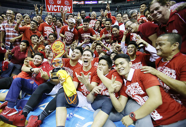 Nagbunyi ang koponan ng San Beda makaraang tanghaling kampeon sa NCAA Season 93 men's basketball tournament nang igupo ang Lyceum of the Philippines sa Game 2. Joey Mendoza