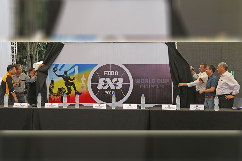 Ipinakita ng mga opisyales ng Samahang Basketbol ng Pilipinas na sina (kaliwa-pakanan) Sen. Sonny Angara, SBP President Al Panlilio; FIBA 3x3 Managing Director Alex Sanchez; Sen. Joel Villanueva at SBP Executive Director Sonny Barrios ang event logo ng FIBA 3x3 World Cup sa press launching kahapon. Idaraos sa bansa ang naturang event sa June 8-12 .(Jun Mendoza)