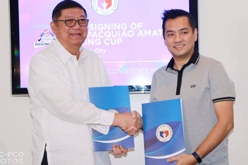 Nagkamay sina PSC Chairman William Ramirez   at Sorsogon Governor Robert Rodrigueza  makaraang mapirmahan ang MOA para  sa Luzon preliminary leg ng PSC-Pacquiao Amateur Boxing Cup.