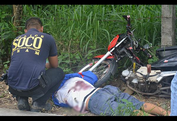 Sinusuri ng isa sa mga tauhan ng Scene of the Crime Operatives (SOCO) ang nakadapang drug pusher na napatay sa shootout sa bayan ng Bocaue, Bulacan. Boy Cruz