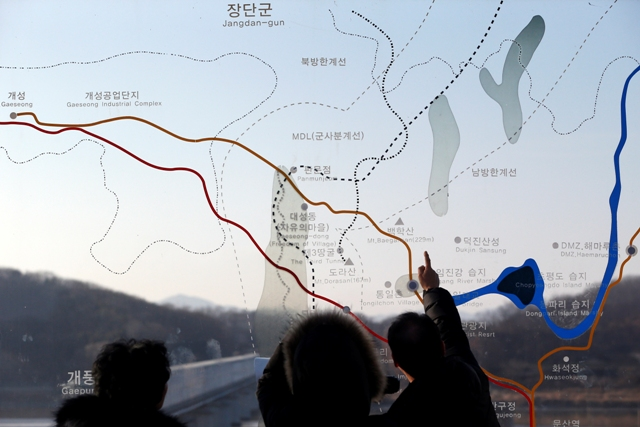 People look at a map of the border area between North and South Koreas at the Imjingak Pavilion near the border village of Panmunjom, which has separated the two Koreas since the Korean War, in Paju, north of Seoul, South Korea, Monday, Jan. 11, 2016. North Korean leader Kim Jong Un looked Monday to milk his country's recent nuclear test as a propaganda victory, praising his scientists and vowing more nuclear bombs a day after the U.S. flew a powerful nuclear-capable warplane close to the North in a show of force. AP/Lee Jin-man