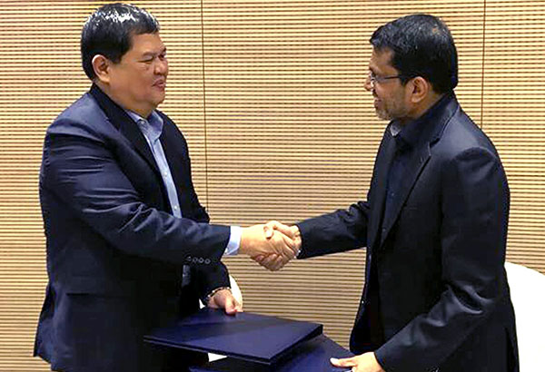 FINTECH AGREEMENT: Bangko Sentral ng Pilipinas Governor Nestor Espenilla Jr. and Monetary Authority of Singapore managing director Ravi Menon shake hands during the signing of the financial technology cooperation agreement.