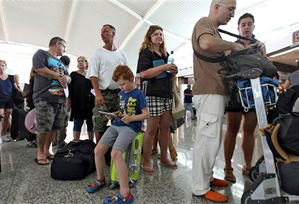 Tourists line up at the immigration counters at the NAIA. File photo