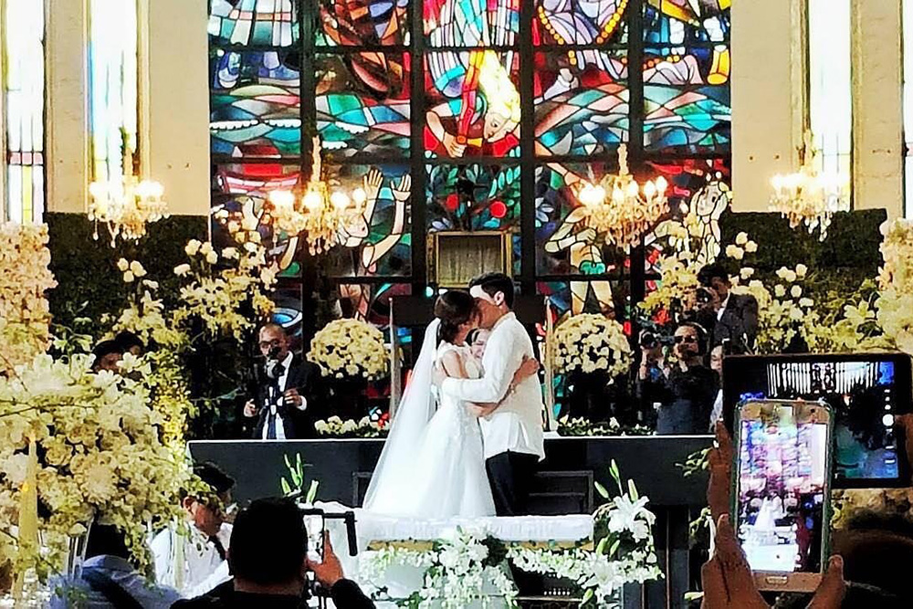"Alden Richards and Maine ""Yaya Dub"" Mendoza sealed their wedding with a kiss. Twitter/@stylizedstudio"