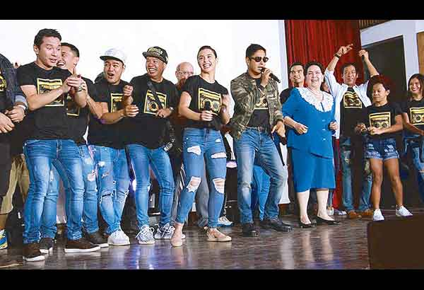 The cast members of FPJ's Ang Probinsyano led by Coco Martin and Susan Roces heed the request of wounded soldiers to see and meet them.