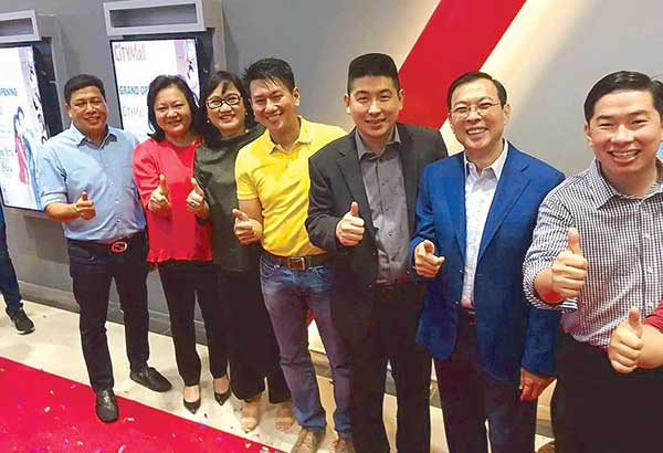StarCinema's Malou Santos and Olive Lamasan withImusMayor Emmanuel Maliksi during the inauguration of Citizen Mallcinemas last Friday. With them are the mall's business executives Edgar Sia, Tony Tan Aktiong and Ferdinand Sia.
