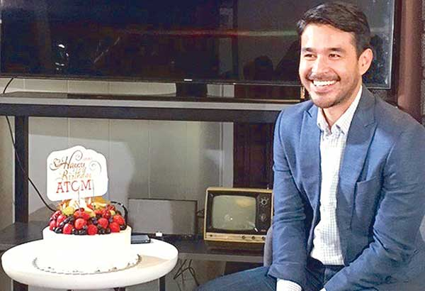 Atom Araullo with his birthday cake (he's turning 35 on Oct. 19) from the GMA management at his formal media introduction as a Balik-Kapuso