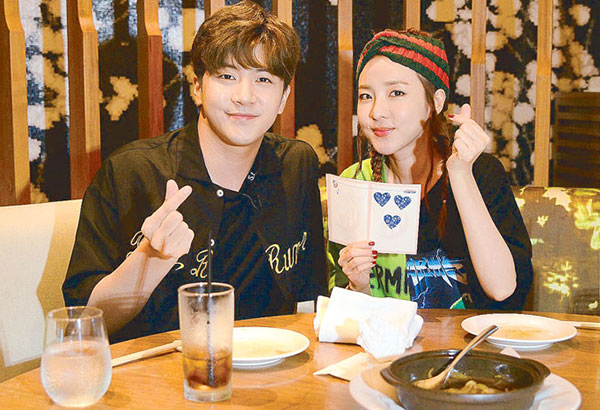 Sandara Park and her brother Park Sang-hyun (a.k.a. Thunder) host the Philippine episode of the show One Night Food Trip, the International Edition airing on Dec. 5. The siblings get to taste as many kinds of Filipino food as they can.