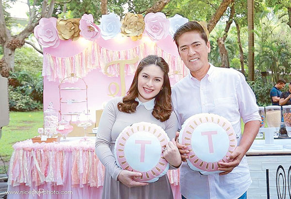 Vic 'Bossing' Sotto and wife Pauleen Luna gave a clue to their baby's gender by holding pink throw pillows with the letter 'T' on them.