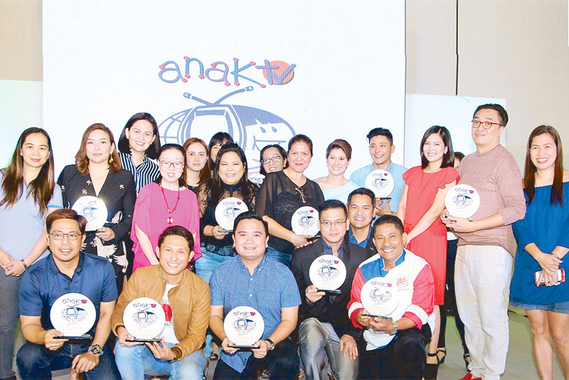Anak TV Seal awardees for GMA Network are Maey Bautista (for Day Off and Good News); Pia Arcangel and Jiggy Manicad (24 Oras Weekend); Drew Arellano (AHA! and Biyahe ni Drew); Chynna Ortaleza and Chef Boy Logro (Idol sa Kusina). With them are the winning shows' program managers. Receiving the awards for GMA RTV's local newscasts Balitang Amianan and Balitang Bisdak is GMA RTV VP and head Oliver Amoroso (first row, third from left).