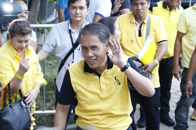 The Liberal Party's top Mar Roxas arrived at the University of Pangasinan on Sunday, April 24, 2016 for the third and last presidential debate. Philstar.com / Efigenio Toledo IV