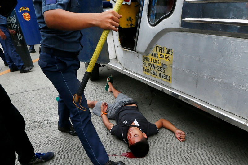 Police Van Rams Protesters In Front Of Us Embassy Headlines News The Philippine Star Philstar Com