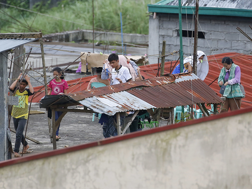 Philippines forces hit militants; civilians wave white flags