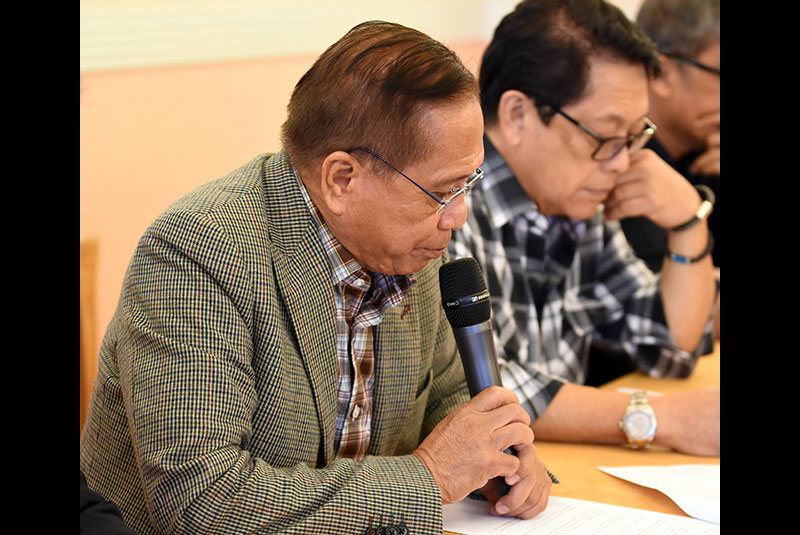 Presidential Adviser on the Peace Process Jesus Dureza announced the decision of the government peace panel to suspend the 5th round of talks with the National Democratic Front (NDF) in Noordwijk, the Netherlands yesterday. Beside him is government chief peace negotiator and Labor Secretary Silvestre Bello III.