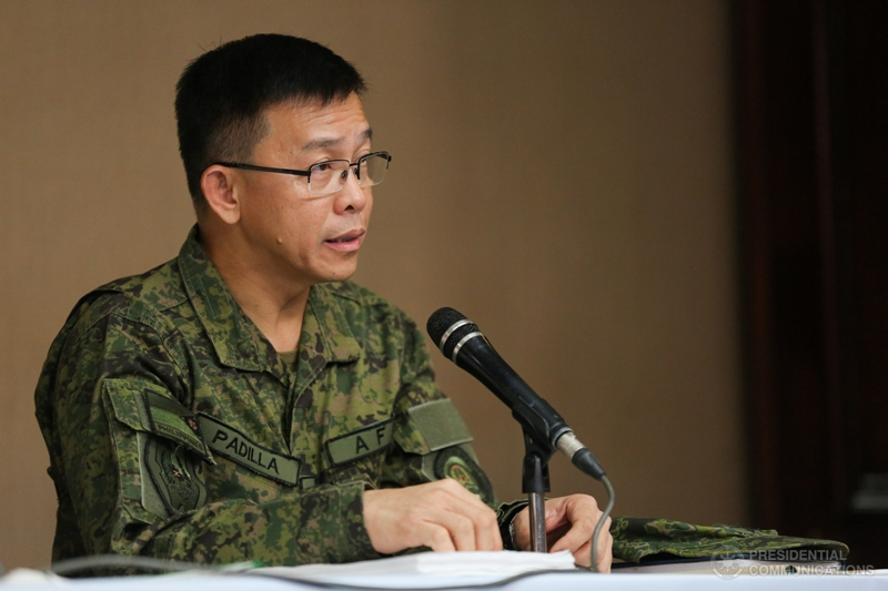 """""""Yung mga naiiwan diyan na stragglers, they are leader-less, they have no direction, they are merely fighting for survival,"""" Maj. Gen. Restituto Padilla Jr. said.Presidential photo"""
