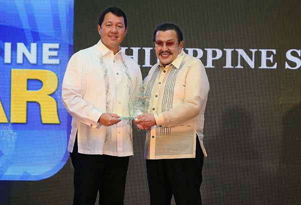 Manila Mayor Joseph Estrada presents a plaque to PhilStar Daily Inc. president and CEO Miguel Belmonte during ceremonies honoring Manila's top 10 business taxpayers as part of the 446th Araw ng Maynila festivities at the Manila Hotel last Friday. JOEY VIDUYA