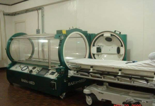 Ibinigay ni Tinton Deveza ang Hyberbaric Oxygen Chamber na nagkakahalaga ng P10 milyon sa Armed Forces of the Philippines Medical Hospital. Facebook/Tinton Deveza