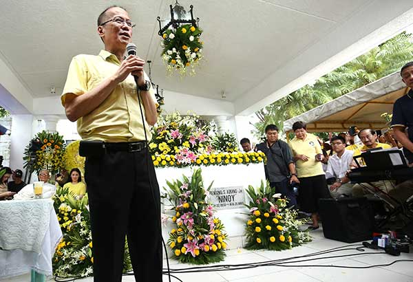 Former president Benigno Aquino III pays tribute to his father during the commemoration of the 34th death anniversary of Benigno 'Ninoy' Aquino Jr. at the Manila Memorial Park in Parañaque yesterday. MIGUEL DE GUZMAN