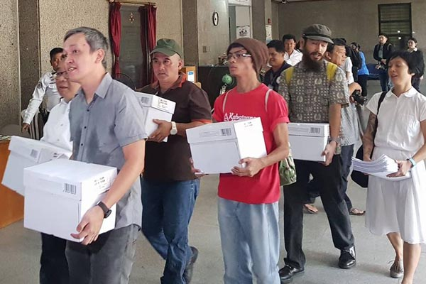 A group led by BagongAlyansangMakabayanSecretary GeneralRenatoReyes Jr, file complaints against former Transport officials behind the MRT maintenance deal before the Office of the Ombudsman on Monday, Nov. 20, 2017. Photo from Renato Reyes