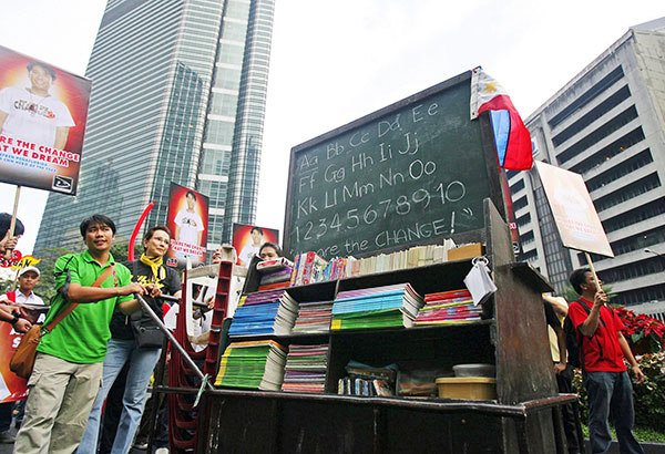 File photo shows Efren Peñaflorida, who was hailed CNN Hero of the Year in 2009 for his efforts to educate kids in Metro Manila's poor communities, with his 'pushcart classroom'. File
