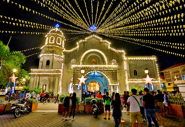 SIMBANG GABI: Families attend the traditional Misa de Gallo at the Our Lady of the Abandoned Parish Church in Marikina yesterday. The dawn mass is held for nine consecutive days as a religious sacrifice prior to Christmas Day. Walter Bollozos