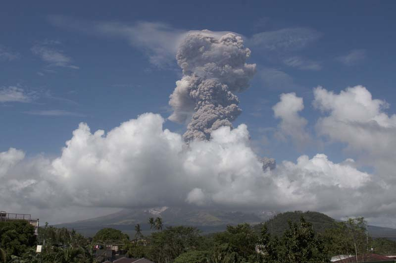 A huge column of ash shoots up to the sky during the eruption of Mayon volcano Monday, Jan. 22, 2018 as seen from Legazpi city, Albay province, around 340 kilometers southeast of Manila, Philippines. The Philippines' most active volcano erupted Monday prompting the Philippine Institute of Volcanology and Seismology to raise the alert level to 4 from last week's alert level 3. (AP Photo/Earl Recamunda)