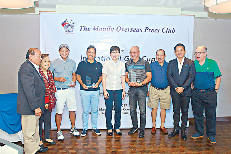 With tournament champion Jera Sison (sixth from left) and (from left) MOPC's Tony Lopez and Nelia Gonzalez, second runner-up Carlo Carpio, first runner-up Charlie Carmona, Singapore Ambassador Kok Li Peng, MOPC's Hector Villanueva and MVP Group's Mike Toledo.