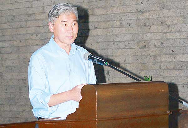 US Ambassador Sung Kim welcomes the Filipino Young Leaders Program (FYLPRO) delegates.