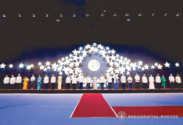 President Duterte hosts world leaders during the ASEAN gala. Photo courtesy of Presidential Communications