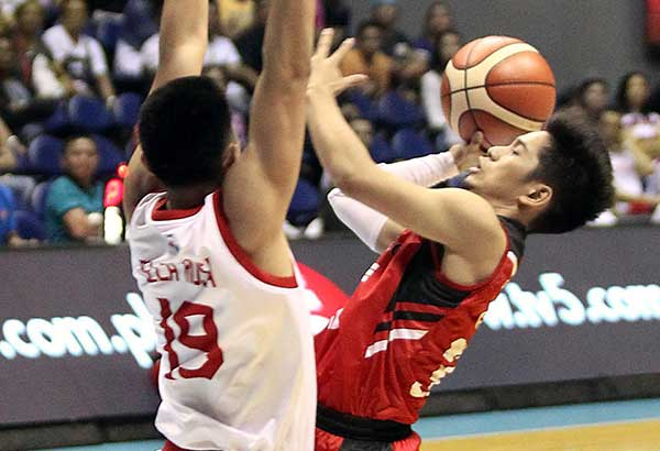 Rome dela Rosa of Star puts up a towering defense against Mark Cruz of Blackwater in last night's Govenors' Cup at the Smart Araneta Coliseum. JUN MENDOZA