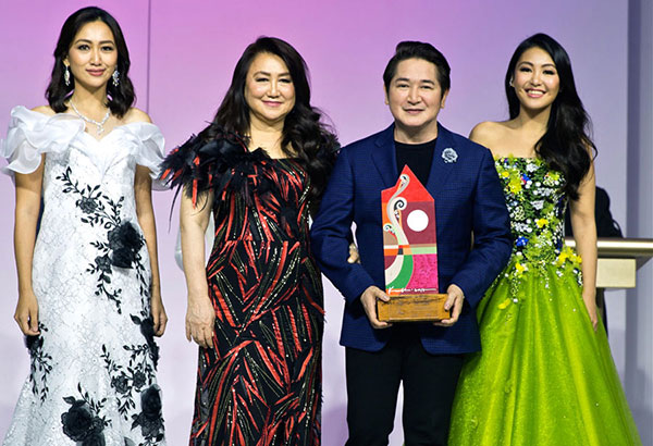 Tiffany Chua Copok, Flora Chua and Sheree Chua with awardee Paul Cabral.