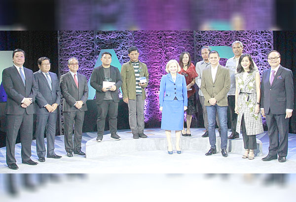 The 2017 Metrobank Art & Design Excellence (MADE) grand awardees and special citation recipients for Painting and Sculpture Recognition Programs accept their cash incentive and trophy from guests of honor Australian Ambassador Amanda Gorely (7th from right) and Sen. Francis Escudero (4th from right). Leading the presentation are Metrobank Foundation Inc. (MBFI) president Aniceto Sobrepeña (rightmost), Metrobank president Fabian Dee (leftmost), MBFI corporate secretary Anjanete Dy Buncio (2nd from right), Federal Land Inc. president Pascual Garcia (2nd from left) and Metrobank vice chairman Francis Sebastian (3rd from left).