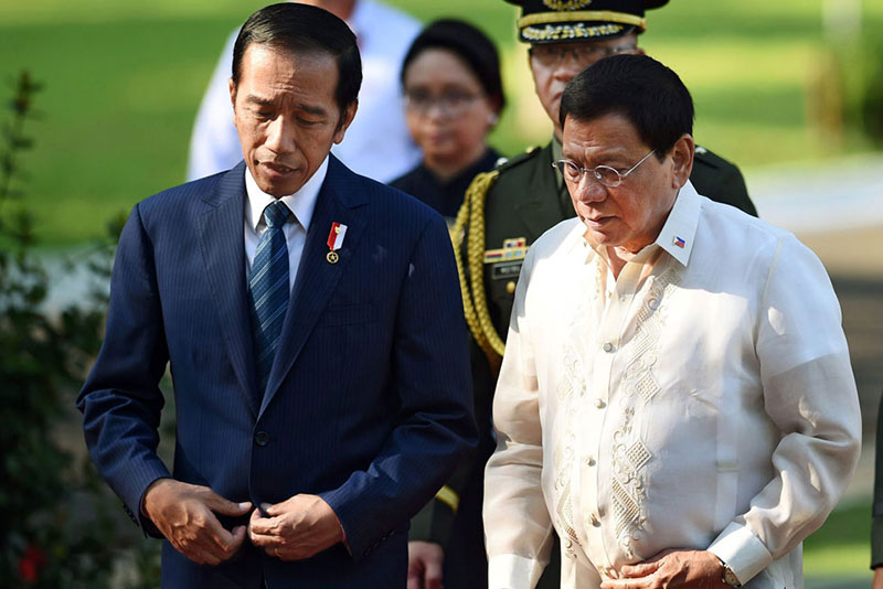 President Duterte welcomes Indonesian President Joko Widodo at Malacañang yesterday. Widodo is on a state visit. AFP