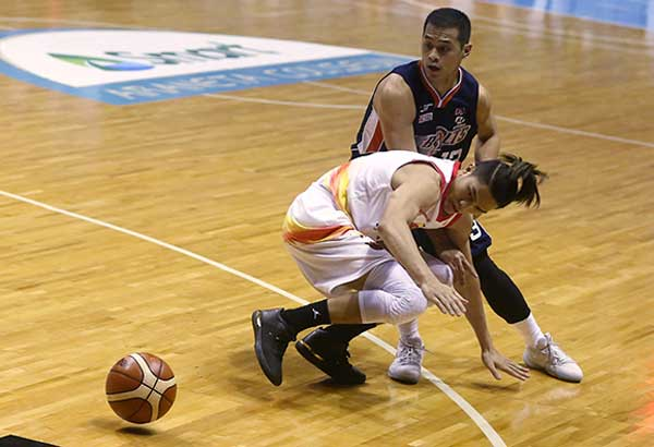 Meralco Bolts' Garvo Lanete struggles with Phoenix Fuel Masters' JC Intal for the loose ball during their PBA Governors' Cup clash at the Smart Araneta Coliseum.MIGUEL DE GUZMAN