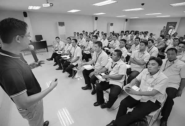 Sumailalim sa PUV Drivers Academy seminar sa LTFRB office ang mga bus driver para mas mahasa sila sa mga basic road safety, driving courtesy at traffic rules and regulations sa layuning makaiwas sa mga aksidente sa kalye at makabawas sa problema sa trapiko. (Michael Varcas)