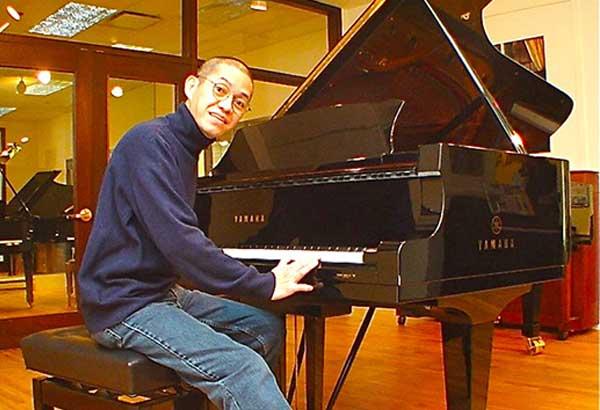 Bobi Rodero as concert pianist, in 2003