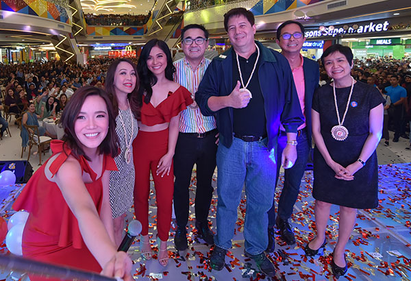 "Taking a selfie during the opening of Robinsons North Tacloban: Robinsons Retail Holdings Inc. president Robina Gokongwei-Pe (right) with (from left) host Karen Kabuhat, Robinsons Land Corporation-Commercial Centers Division SVP and general manager Arlene G. Magtibay, Robinsons Land ambassadress Maja Salvador, Robinsons Land president Frederick D. Go, former Tacloban City Mayor Alfred Romualdez and Tacloban City Vice  Mayor Jerry ""Sambo"" Yaokasin"