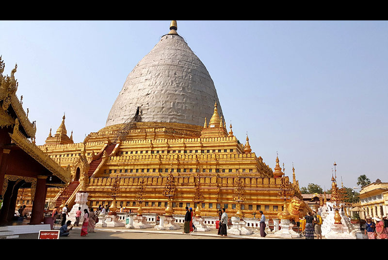 Shewizigon pagoda consists of a circular gold leaf-gilded stupa surrounded by smaller temples and shrines.