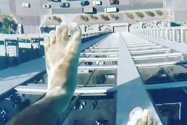 A viral video showed a daring soul walking in the pool with a look of the street 42 stories below the high-rise apartment building in Houston, Texas. Market Square Tower/Screengrab