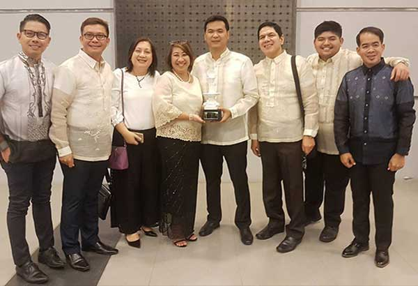 Samar Vice Governor Stephen James Tan holds the Pearl 2017 trophy. With him is DOT regional director Karina Rosa Tiopes and provincial board members.