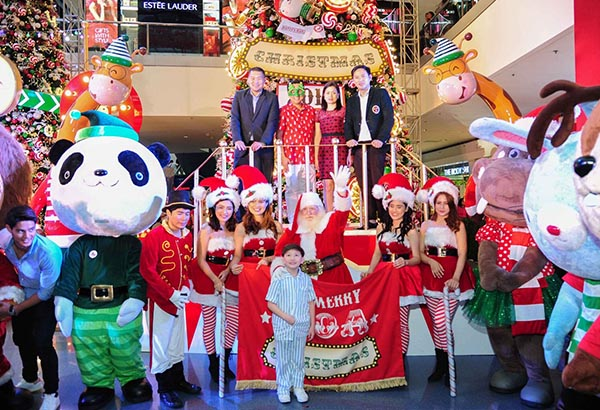 SM Mall of Asia recently unveiled its Circus-themed Christmas decorations with a performance from London's Acrobat Troupe.