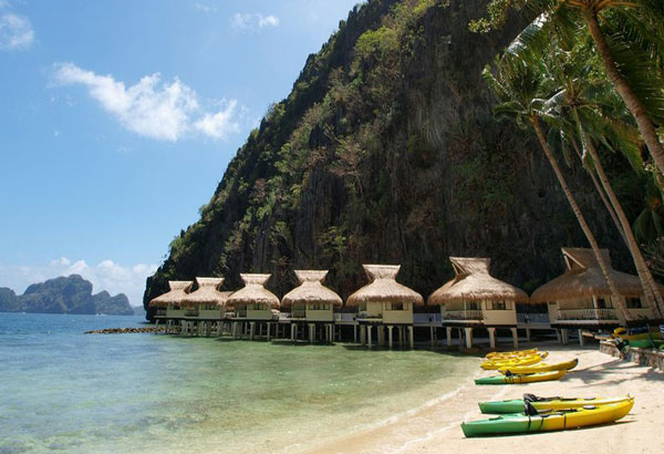 Vacationers flock to the beach during dry season in the Philippines. TripMoBa.com