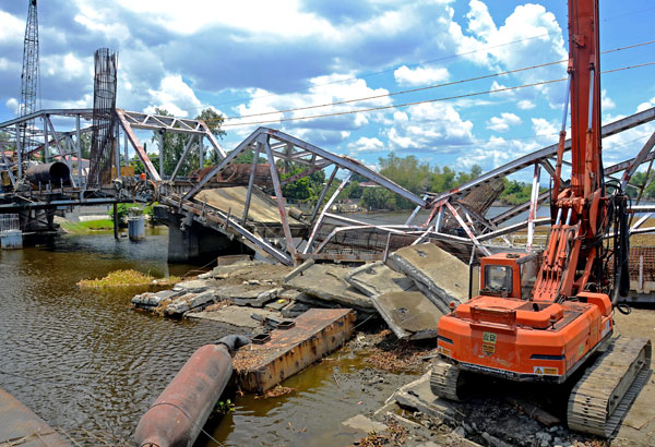 Calumpit Philippines  city photos gallery : Heavy equipment moved to the middle span of the Calumpit bridge caused ...